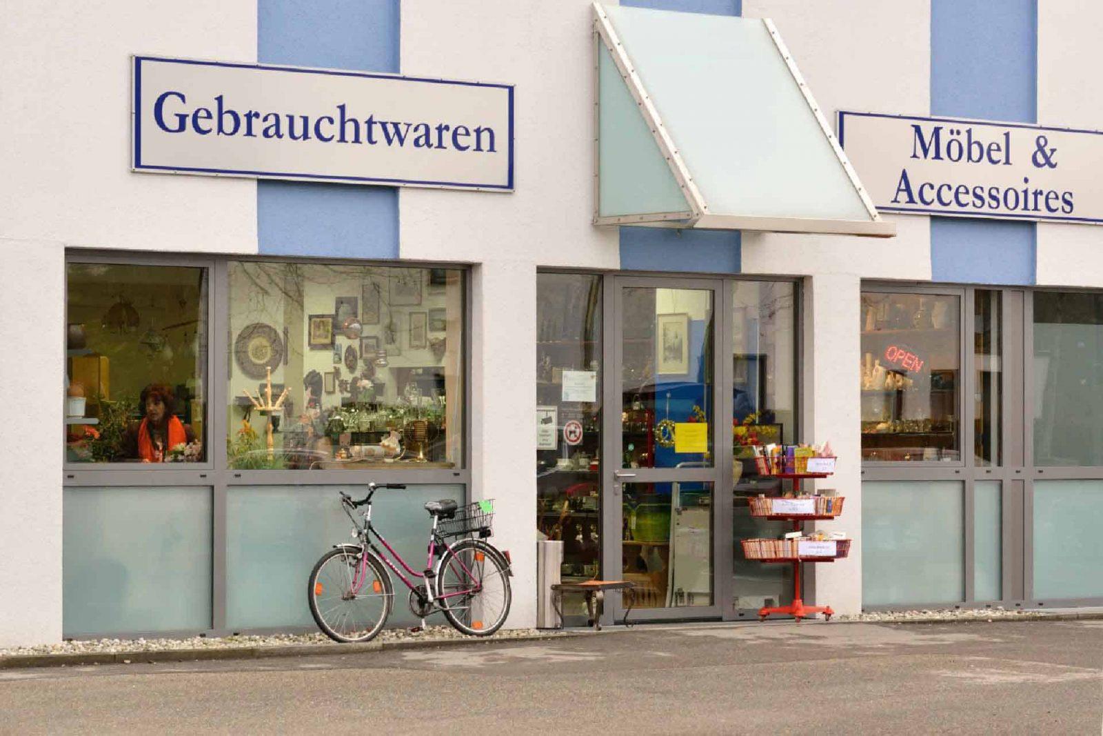 Außenansicht des Gebrauchtwarenladen in Waldkraiburg - Firma Körber für Möbel, Accessoires und gebrauchte Artikel