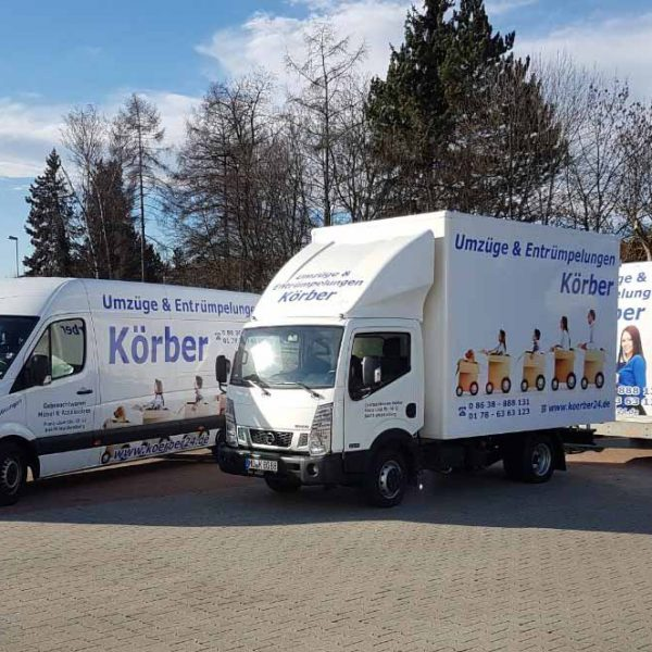 """LKW mit Anhänger sowie ein Transporter mit Aufschrift """"Umzüge und Entrümpelungen Körber"""" - Umszugsunternehmen aus Waldkraiburg"""