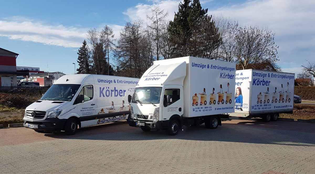LKW mit Anhänger sowie ein Transporter mit Aufschrift