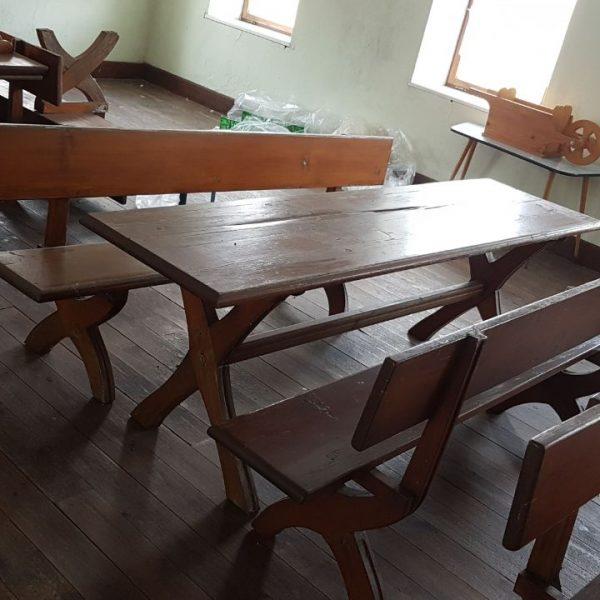 Bild von einem Esstisch und Sitzbänken
