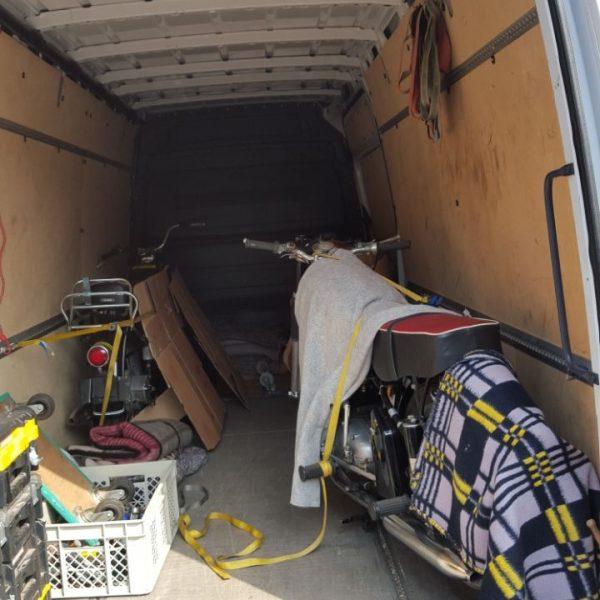 Transporter der mit Motorrädern beladen ist
