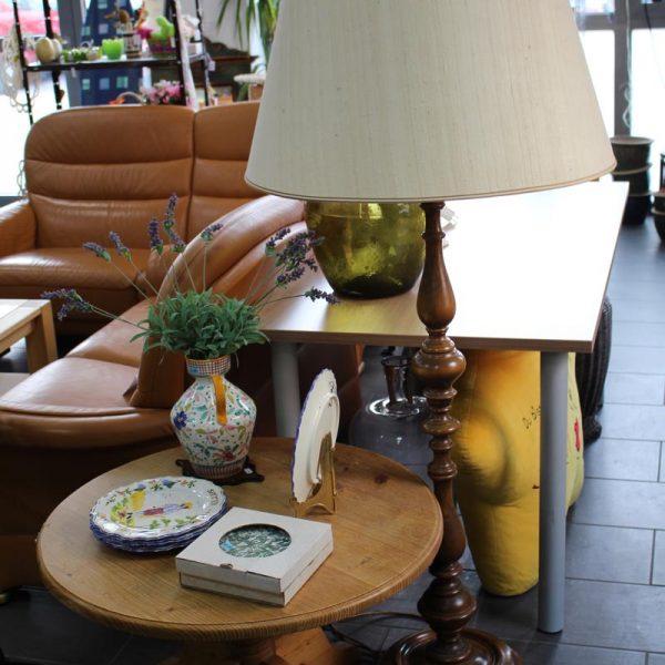 Gebrauchte Lampe, Sofa, Porzellanteller und Tische zum Verkauf