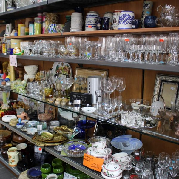 Gebrauchtes Geschirr aus Porzellan, Gläser und Krüge für den Verkauf