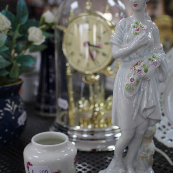 Porzellan Skulptur, Dekoration, Vase und Uhr für den Verkauf
