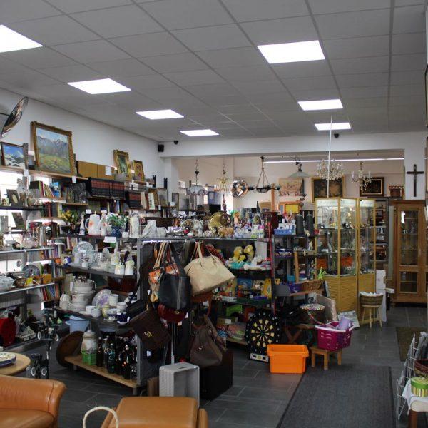 Bild von gebrauchten Dekorationen, Lampen und Möbeln