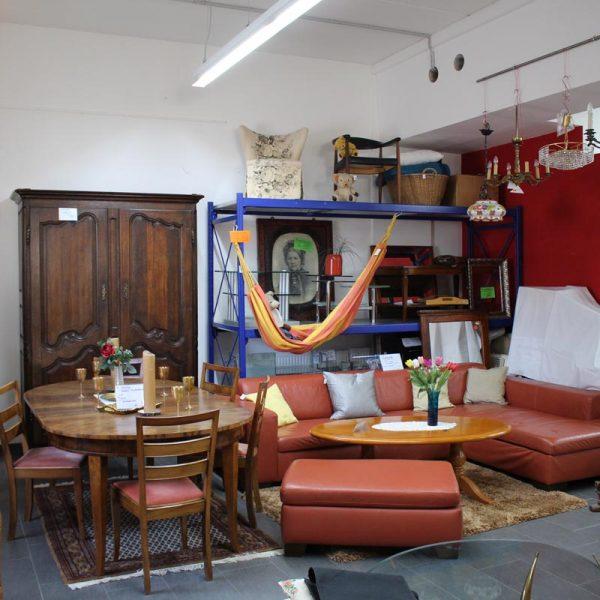 Innenaufnahme eines Gebrauchtwarenladen in Waldkraiburg mit Möbeln, Sofa, Esstisch, Stühle, Schränke