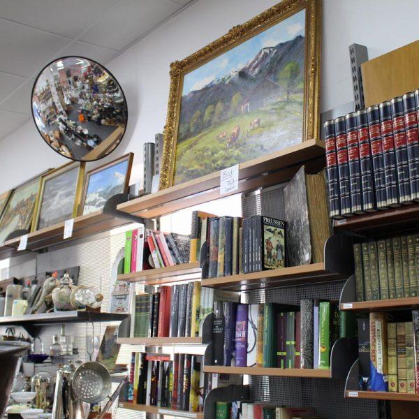 Zum Verkauf stehende Bücher, Bilder, Dekorationsartikel