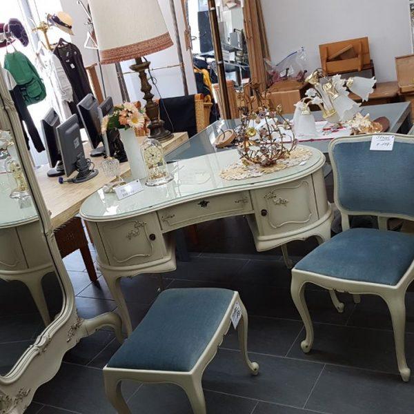 Bild von gebrauchten Möbeln, Kleidungen, Spiegeln und Lampen