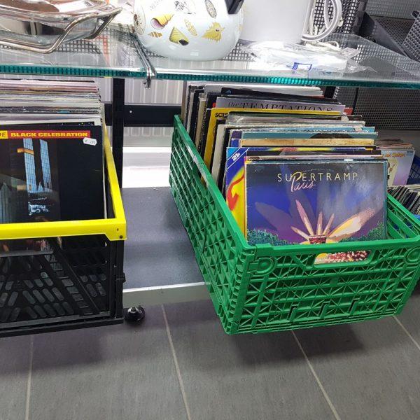 Gebrauchte Schallplatten in einer grünen und schwarzen Kiste
