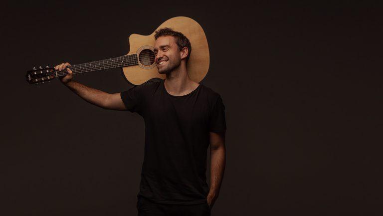 Benoby mit Gitarre