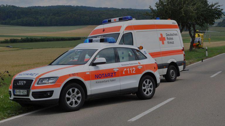 Deutsches Rotes Kreuz mit Hubschrauber an einer Straße
