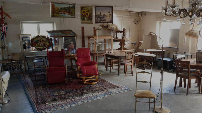 Sessel, Stühle, Tische, Lampen und Gemälde