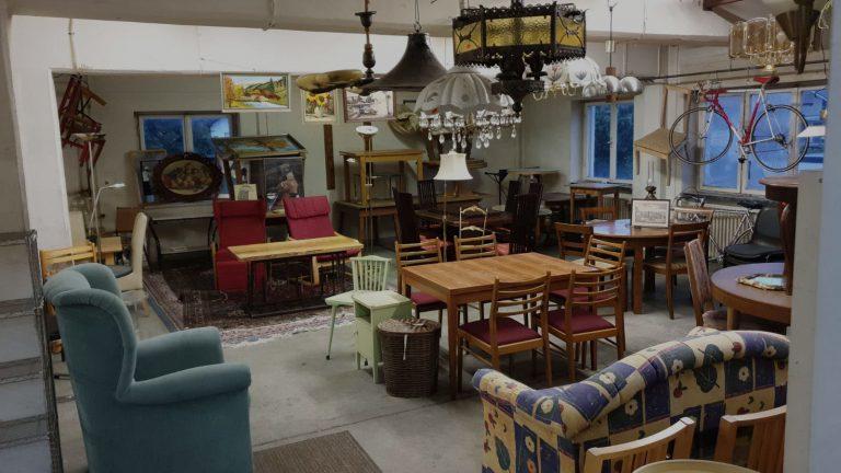 Sessel, Tische, Stühle, Gemälde, Lampen und Räder