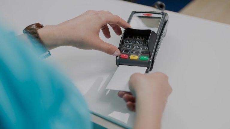 Frau zahlt mit EC-Karte