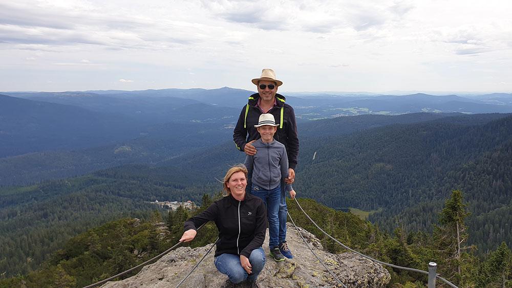 Familie Körber auf einem Berggipfel