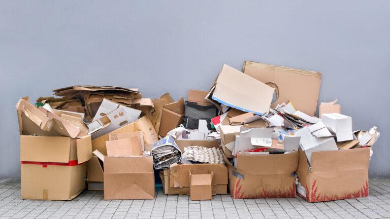 Kartons mit Müll von einer Entrümpelung